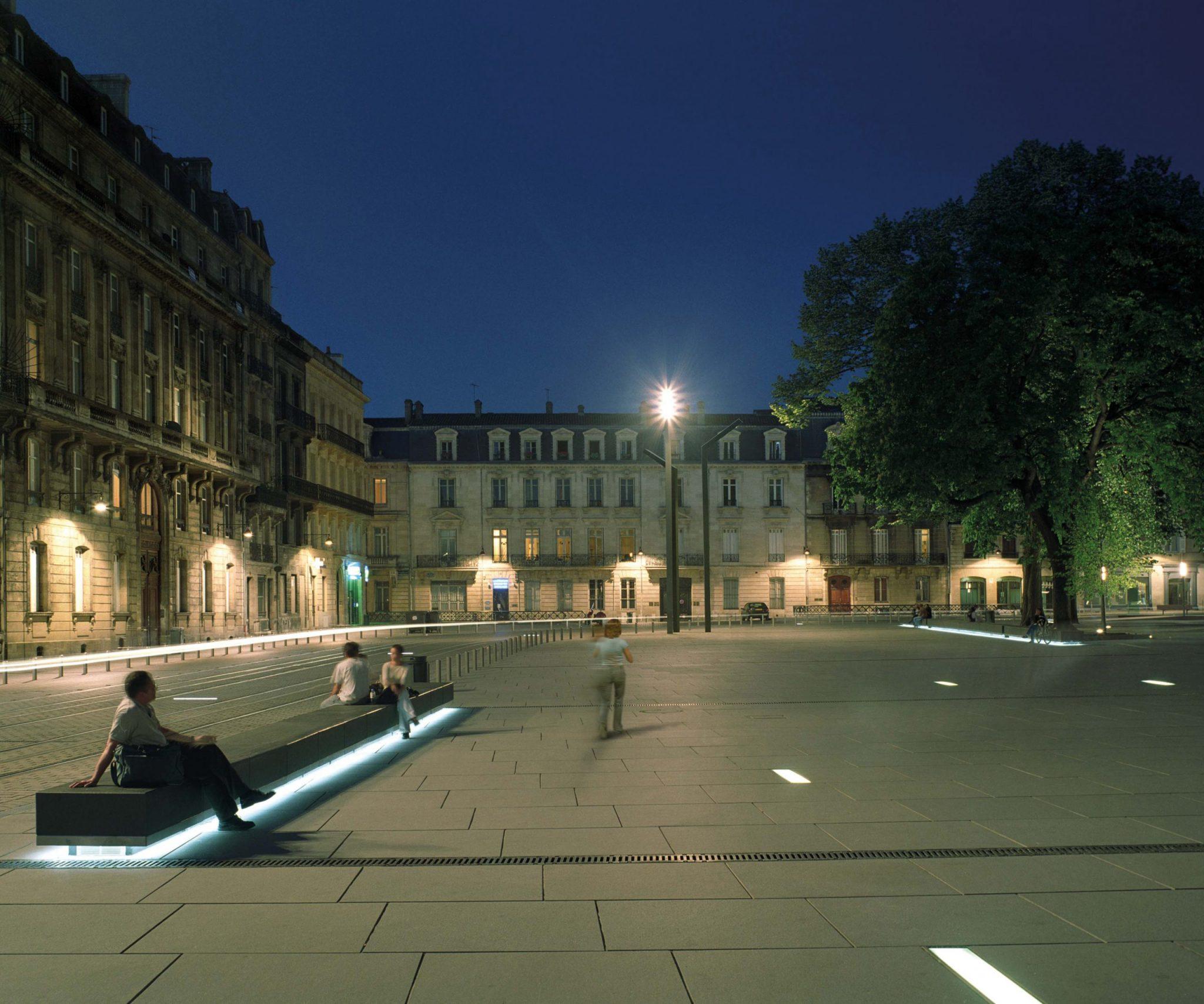 Banc rétro éclairé Place Pey Berland à Bordeaux par Proville